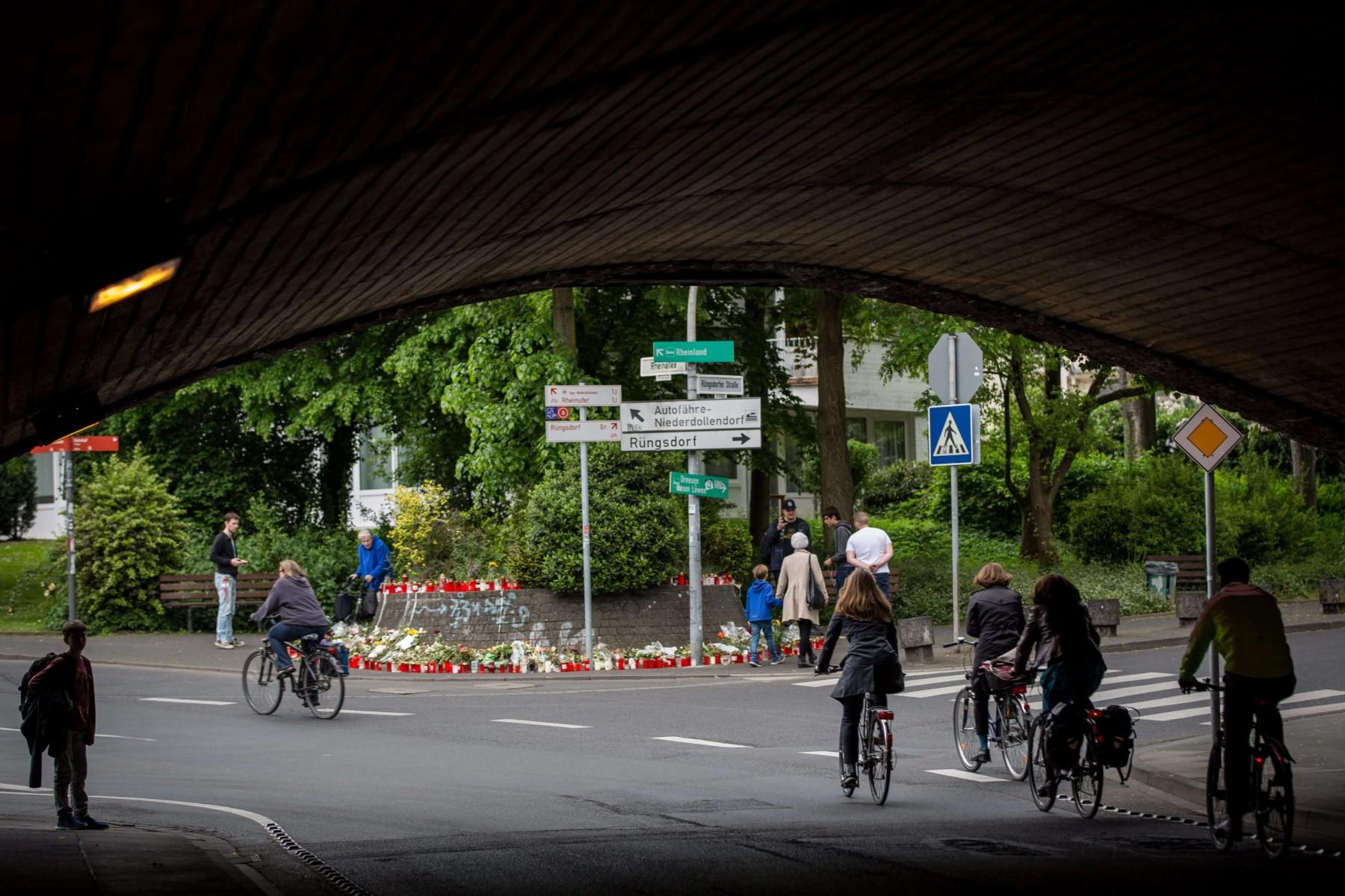 """Blumen und Kerzen stehen am 20.05.2016 in Bonn (Nordrhein-Westfalen) an der Stelle, an der der später verstorbene Niklas P. am 07.05.2016 von Schlägern attackiert wurde. Foto: Maja Hitij/dpa  (zu dpa """"Das Ex-Diplomatenviertel und Niklas'Tod:Risse in der Schneekugel"""" vom 20.05.2016) +++(c) dpa - Bildfunk+++"""