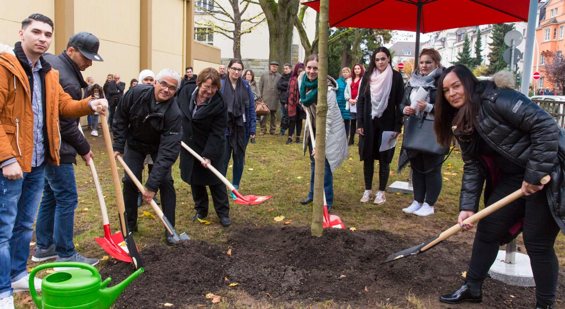 Bonn, Abendrealschule Dorotheenstraße, Projekte gegen Gewalt.Der OB pflanzt zusammen mit Dorothee Pöhler (re., Mutter von Niklas), der SLin Marlies Schopen (rechts neben dem OB) und ehemaligen Mitschülern von Niklas (Klasse 2f) einen Ahornbaum auf dem Schulhof.Foto: Matthias Kehrein