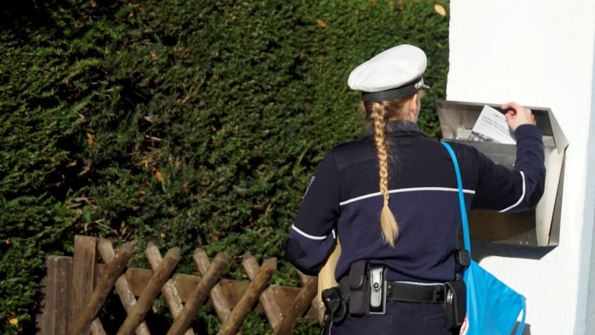 """HANDOUT - 16.11.2019, Nordrhein-Westfalen, Grevenbroich: Eine Polizistin wirft eine Informationsbroschüre in einen Briefkasten. 800 Eine Woche vor Beginn des DNA-Massentests im Mordfall Claudia Ruf haben Polizisten im Grevenbroicher Ortsteil Hemmerden Anwohner über die Aktion informiert. 800 Männer sind zu der DNA-Reihenuntersuchung eingeladen. (Zu dpa: Polizei informiert zu DNA-Massentest im Mordfall Claudia Ruf"""") Foto: Polizei Bonn/dpa - ACHTUNG: Nur zur redaktionellen Verwendung im Zusammenhang mit der aktuellen Berichterstattung und nur mit vollständiger Nennung des vorstehenden Credits +++ dpa-Bildfunk +++"""